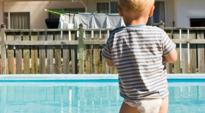 3 TIPS FOR PARENTS TO KEEP KIDS SAFE IN PUBLIC SWIMMING POOLS